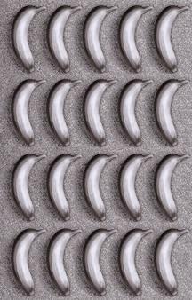 Nahtloses muster. lebensmittel, banane auf glitzer- oder schimmerhintergrund der silbernen farbe