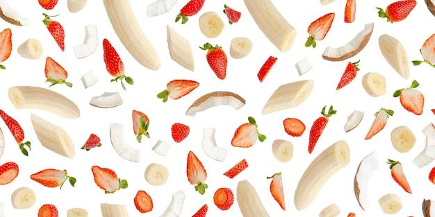Nahtloses muster mit früchten auf weiß. design für druck, banner oder tapete. sommerwandkonzept.