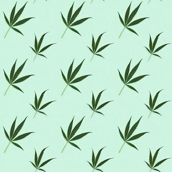 Nahtloses muster mit natürlichen grünen blättern der cannabispflanze