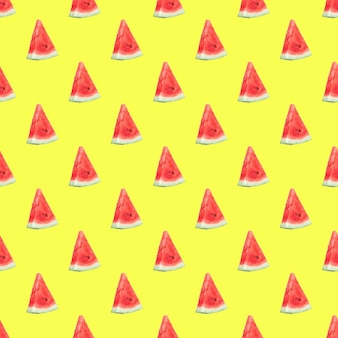 Nahtloses muster mit wassermelonenscheiben auf gelbem hintergrund