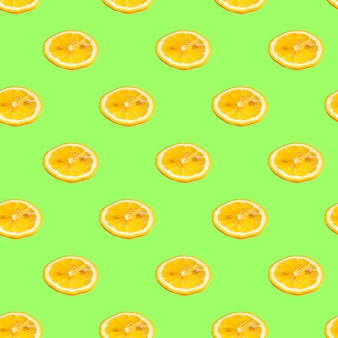 Nahtloses muster mit zitronenscheiben auf einem salathintergrund. minimale isometrische textur von lebensmitteln.