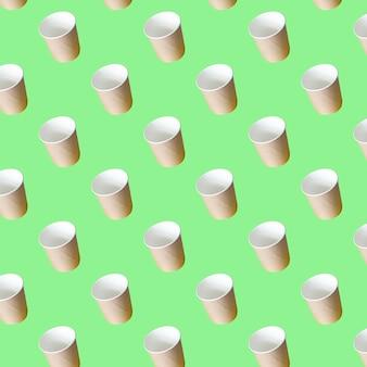 Nahtloses muster von bastelpapier suppentassen auf grünem papierhintergrund behälter für essen zum mitnehmen