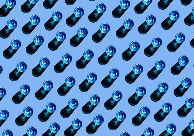 Nahtloses muster von blauen gläsern mit schatten auf farbigem hintergrund
