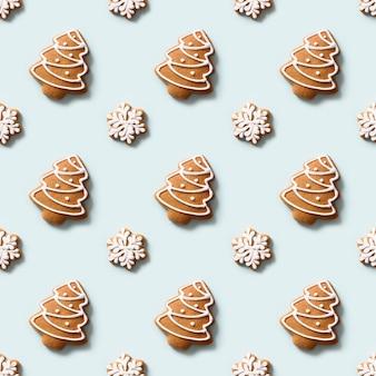 Nahtloses muster von dekorativen keksen in form von schneeflocken und weihnachtsbaum