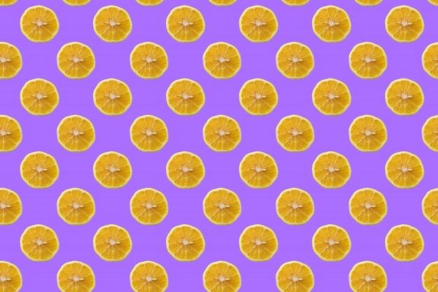 Nahtloses muster von gelben zitronenscheiben