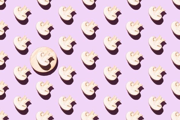 Nahtloses muster von geschnittenen champignons auf einem lila hintergrund