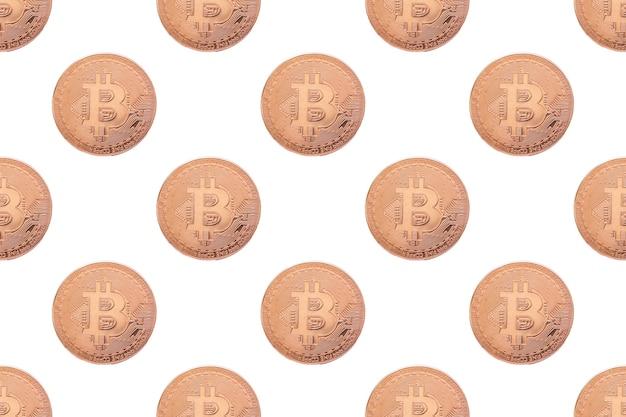 Nahtloses muster von goldmünzen-bitcoin auf einer weißen hintergrundnahaufnahme. cryptocurrency-mining-konzept. e-geld-konzept