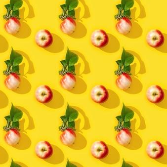 Nahtloses regelmäßiges kreatives muster aus kleinen roten äpfeln und grünen blättern mit dunklen schatten