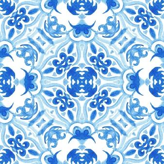 Nahtloses ziermuster der abstrakten blauen und weißen hand gezeichneten aquarellfliese. elegante luxusstruktur für stoff und tapeten