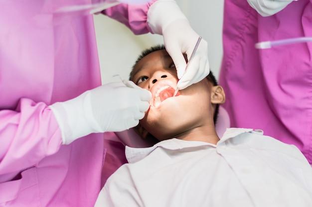 Nakhonsawan, thailand: am 2. märz 2018, zufriedener zahnarztpatient, der seinen zahn an der hygiene zeigt.