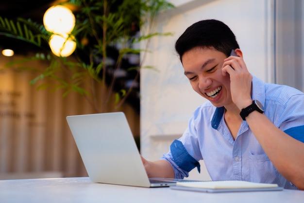 Nan lächelt beim anruf und benutzt einen laptop.