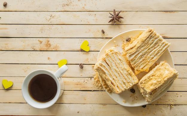Napoleon-kuchen auf einem hölzernen hintergrund süßigkeiten tee draufsicht tea