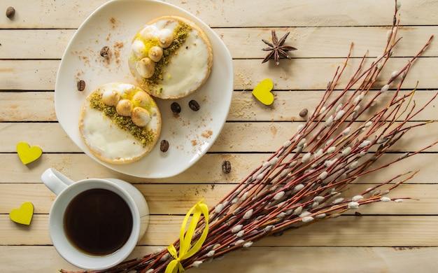 Napoleon-kuchen auf einem hölzernen hintergrund süßigkeiten weidenzweige draufsicht