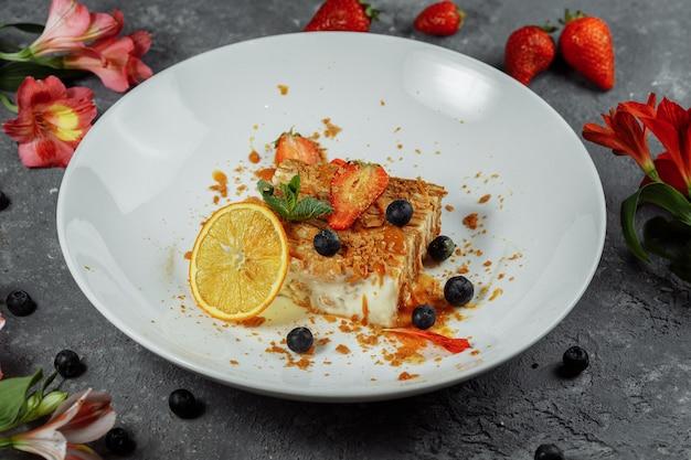 Napoleon-kuchen mit karamellsauce.