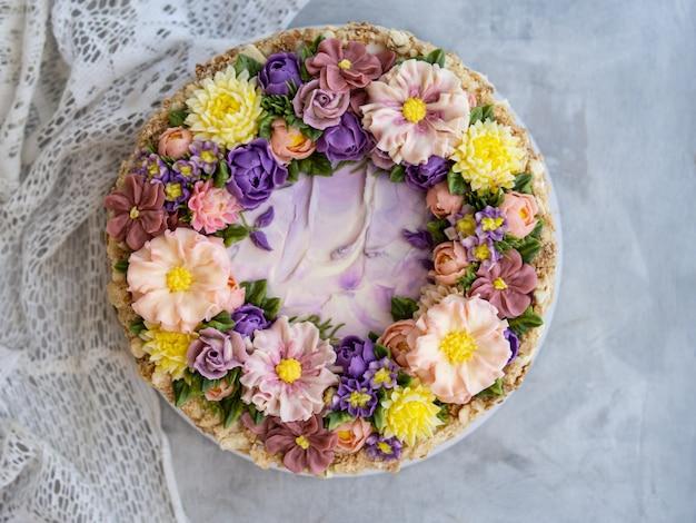 Napoleon-torte mit vanillecreme, dekoriert mit buttercreme-blüten