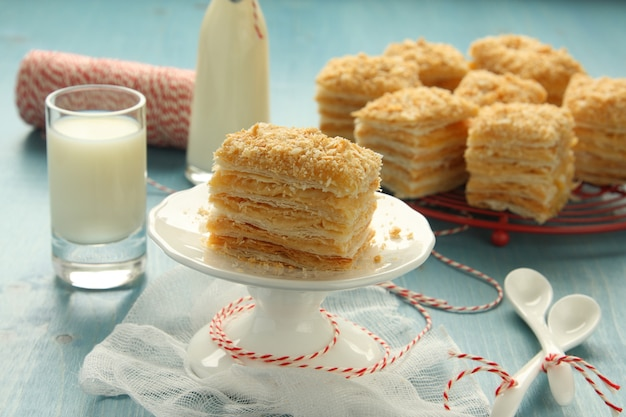 Napoleon-torte - schichtkuchen aus blätterteig mit puddingcreme
