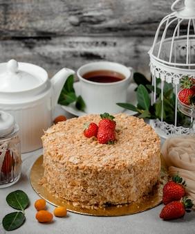 Napoleone-kuchen mit erdbeeren belegt