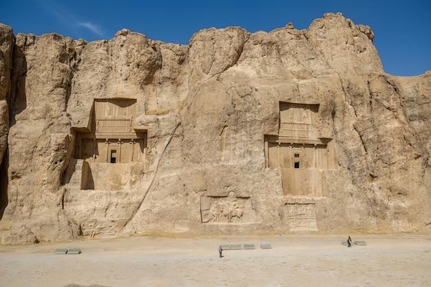 Naqsh-e rustam zeigt große gräber, die hoch in die felswand geschnitten sind. ich rannte.