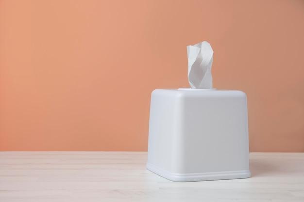 Nasales weißes taschentuch-arrangement