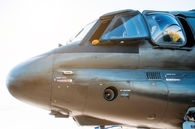 Nase und cockpit des hubschrauberpiloten. seitenansicht.