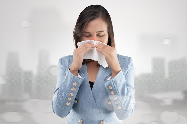 Nasenbrennen der geschäftsfrau wegen des giftigen rauches und der partikel in der luft