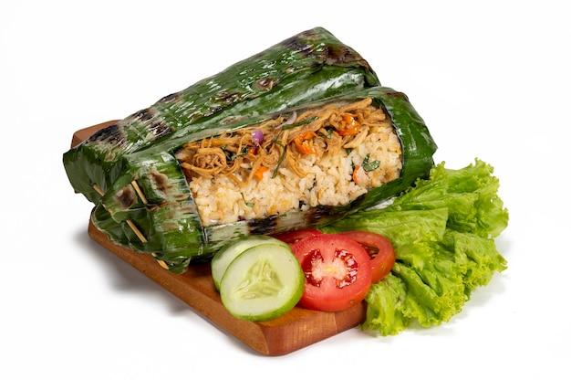 Nasi bakar ayam oder chicken grilled rice ist ein traditionelles indonesisches essen, das in bananenblätter gewickelt ist