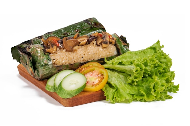 Nasi bakar jamur oder gegrillter pilzreis ist ein traditionelles indonesisches essen, das in bananenblätter gewickelt ist