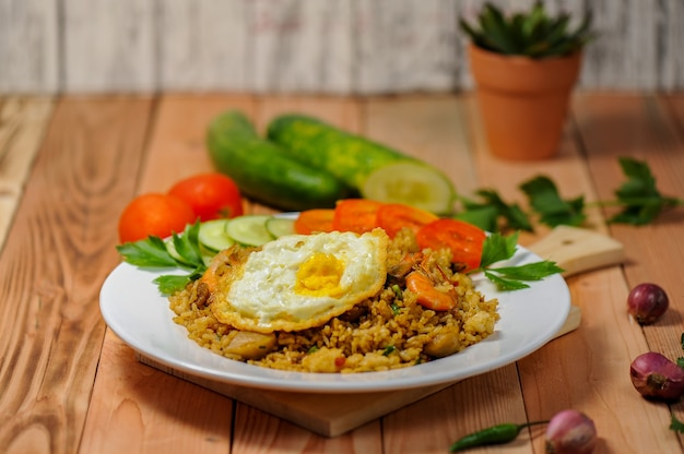 Nasi goreng wird aus reis-garnelen-fleischbällchen mit würzigen gewürzen hergestellt, die durch frittieren verarbeitet werden