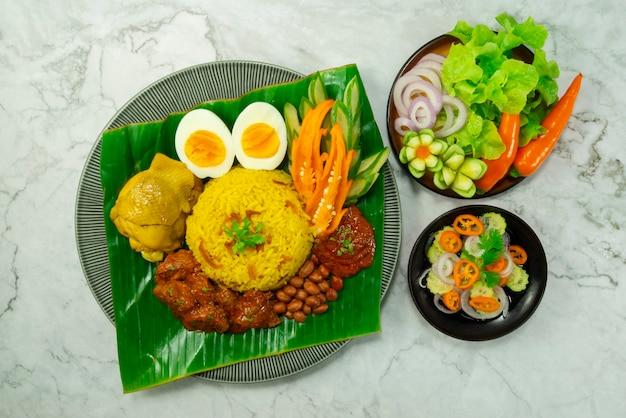 Nasi lemak biryani rice serviert beef rendang