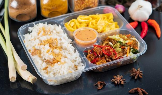 Nasi uduk betawi ist ein traditionelles indonesisches lebensmittel für kommerzielle verpackungen