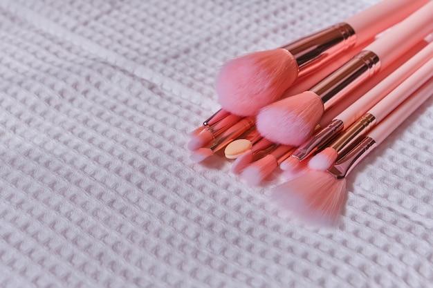 Nasse make-up-pinsel auf weißem waffeltuch nach dem reinigen