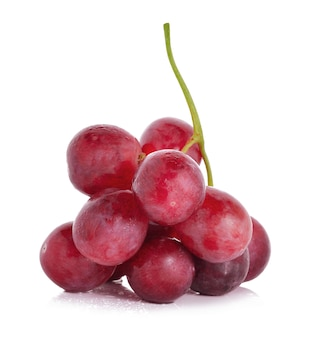 Nasse rote trauben lokalisiert auf weißem hintergrund