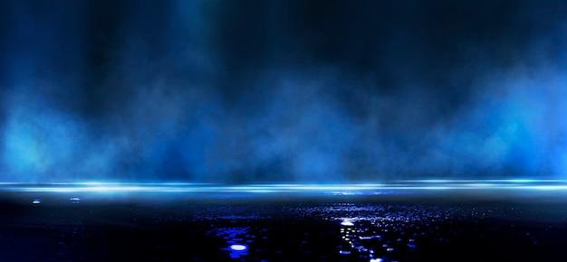 Nasser asphalt, reflexion von neonlichtern, suchscheinwerfer, rauch
