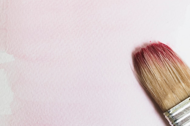 Nasser malerpinsel mit farbe