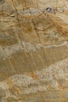 Nasser stein in der nähe des flusses