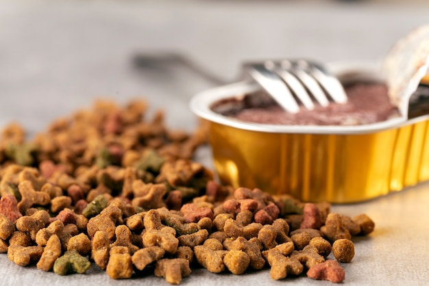 Nasses und trockenes tierfutter auf dem tisch