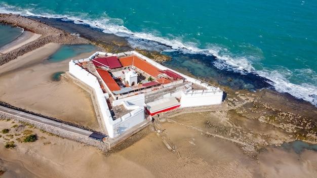 Natal, rio grande do norte, brasilien - 12. märz 2021: luftaufnahme von forte dos reis magos (fort) und skyline der stadt natal im hintergrund