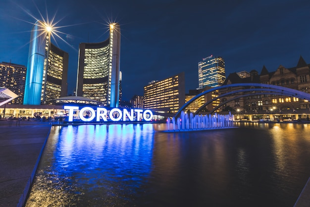Nathan phillips square in toronto in der nacht