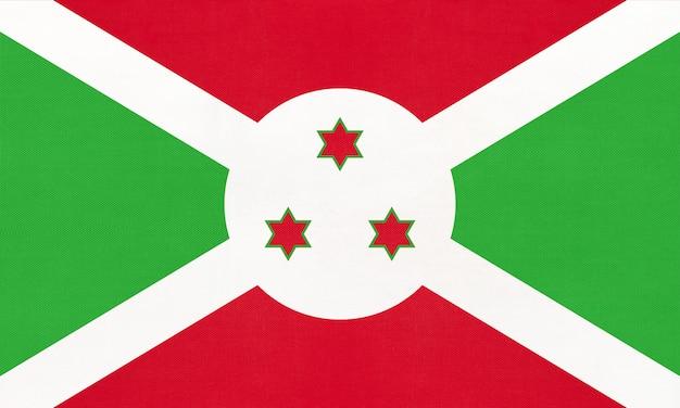 Nationale gewebeflagge der republik burundi, textilhintergrund. symbol des afrikanischen weltlandes.