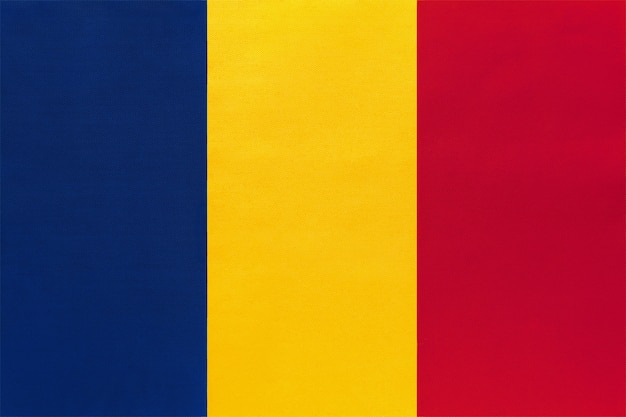 Nationale gewebeflagge der republik tschad, textilhintergrund. symbol des afrikanischen weltlandes.