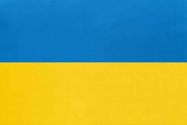 Nationale gewebeflagge ukraine, textilhintergrund. symbol des internationalen welteuropäischen landes.