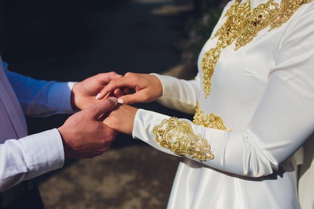 Nationale hochzeit. braut und bräutigam. hochzeit muslimisches paar während der trauung. muslimische ehe.