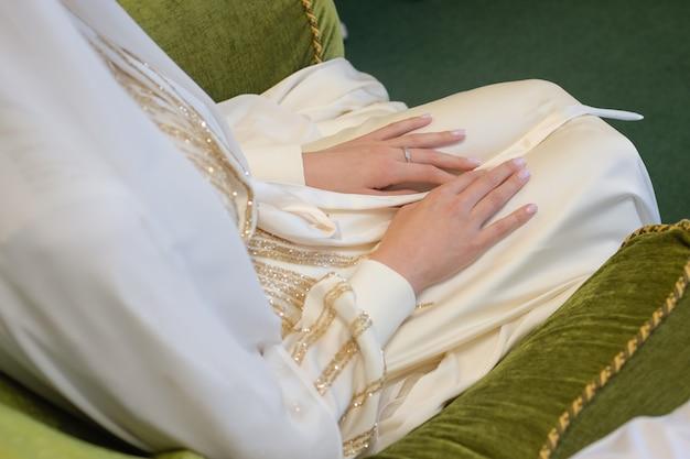 Nationale hochzeitsbraut und -bräutigam, die muslimisches paar während der hochzeitszeremonie muslimische ehe heiraten