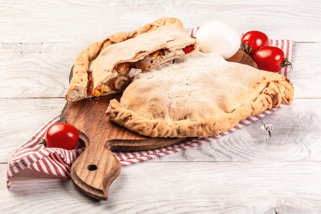 Nationale italienische hausgemachte zubereitete calzone-pizza