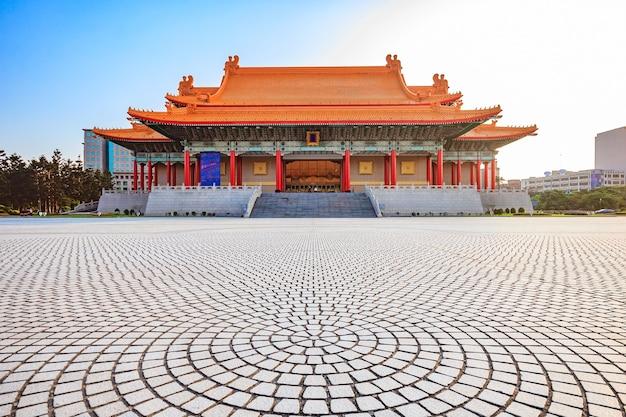 Nationale konzerthalle von taiwan durch das haupttor von chiang kai-shek memorial hall