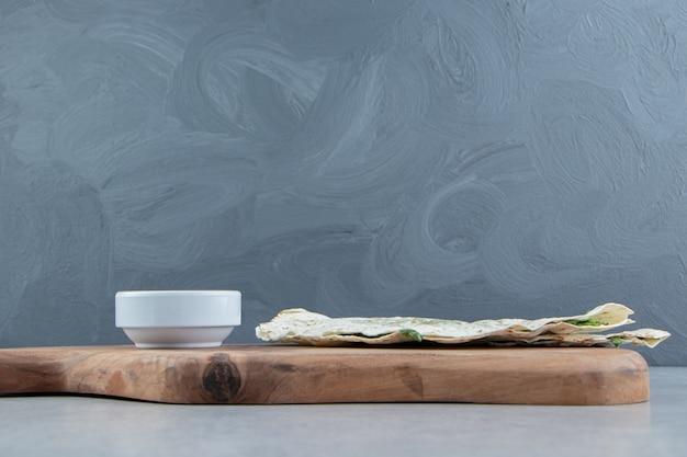 Nationale küche aserbaidschans. gutab, auf einem schneidebrett, auf dem marmorhintergrund.