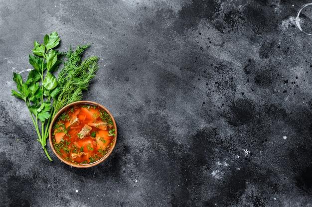 Nationale russische und ukrainische borsch rote-bete-suppe in einer holzschale.