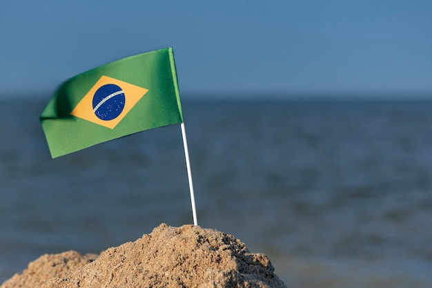 Nationale tabellenflagge von brasilien auf seehintergrund. feiertage in brasilien.