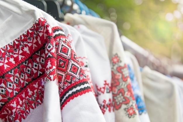 Nationale ukrainische damenoberbekleidung.