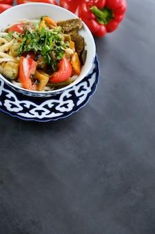 Nationaler asiatischer geschmackvoller teller lagman in einer platte auf tabelle